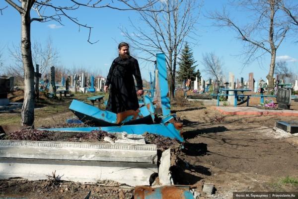 Кладбищу возле храма сильно досталось от снарядов