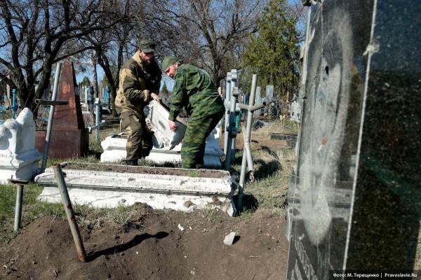 Ополченцы и местные жители приводят кладбище в порядок, чтобы на Радоницу навестить своих близких