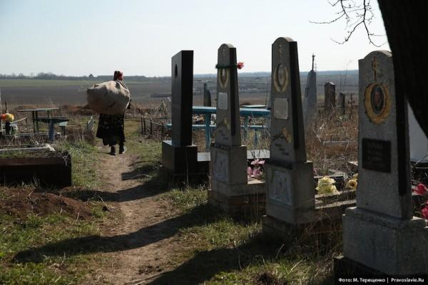 На кладбище много свежих могил. Война не щадит никого