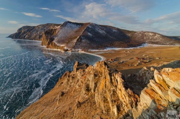 Золотые байкальские скалы Поселок Узуры - крошечный поселок на восточном берегу о. Ольхон. Летом здесь наездом бывает масса туристов, а зимой - тихо, пустынно и прекрасно! Автор - Ася Костюковская