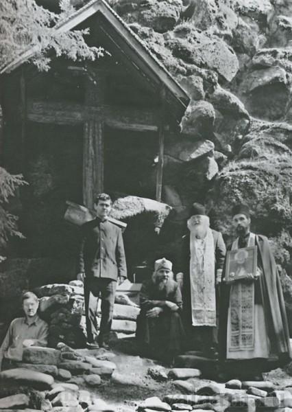 У пещеры преподобного Александра Свирского (архимандрит Илия). Фото: иеромонах Савватий (Севостьянов), Валаамский монастырь.