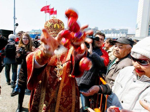 Протоиерей Алексий Уминский: Бросать пасхальные яйца в руки верующих — это традиция