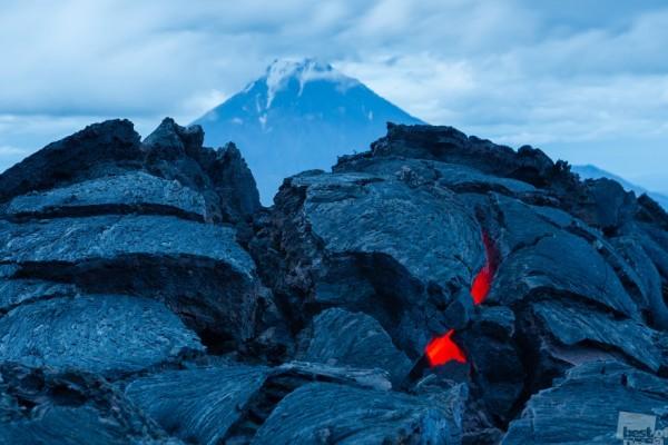 Последний штрих Толбачика Камчатка. Август 2014. Извержение вулкана Толбачик закончилось год назад, но под толщей лавовых полей все еще есть раскаленная лава. Автор - Денис Будьков