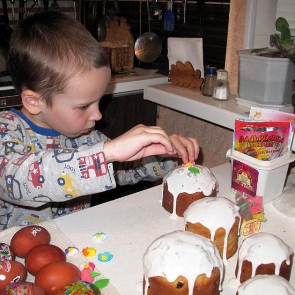 tanyshka_tigra Наш самый главный помощник! Он с таким трепетом и любовью красил яйца, украшал пасхи!