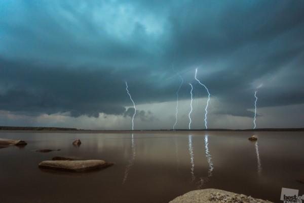 Разряд Гроза над озером Шарташ (Екатеринбург, июль 2014) Автор - Сергей Банных