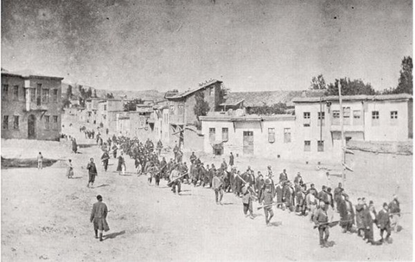 Колонна армян движется под вооружённой охраной. Апрель 1915 года. Фото: Википедия