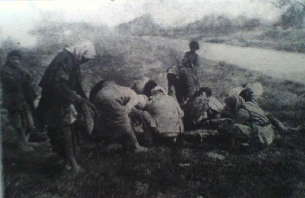 Армяне-беженцы у тела мёртвой лошади в Дейр-эз-Зорском концентрационном лагере. Фото: Википедия