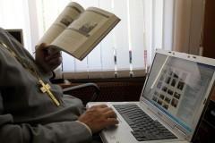 Фэйсбук запретил священникам указывать сан