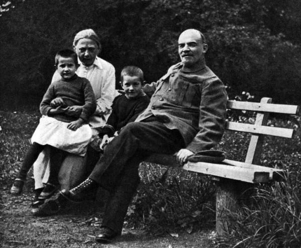 В.И.Ленин и Н.К.Крупская с племянником Ленина Виктором и дочерью рабочего Верой в Горках. Август-сентябрь 1922 года
