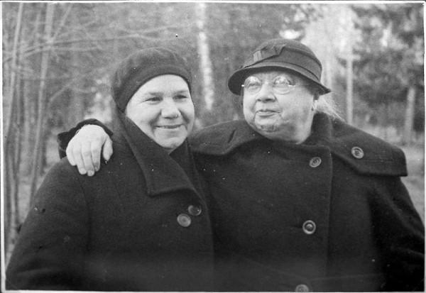 Н. К. Крупская (справа) и К. И. Николаева (секретарь Всесоюзного центрального совета профсоюзов), Архангельское (Подмосковье), 1936