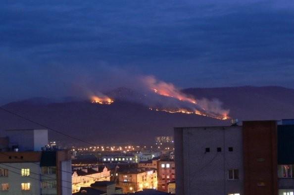 Сутки в центре Читы не могут потушить сопку — рассказ добровольца о пожарах в Забайкалье