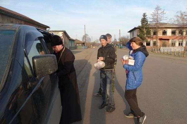 Священники Абаканской епархии продолжают помогать погорельцам
