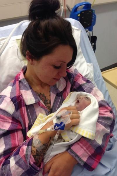 Трагедия: Любящая Джесс баюкает своего маленького сына Тедди в больнице