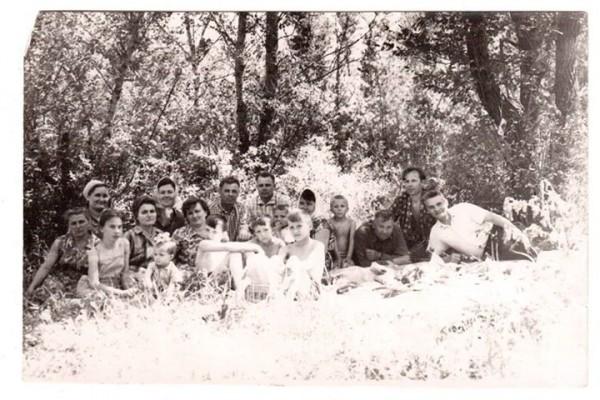 Поминальный майский обед рядом сбратской могилой дядьев под Краснодаром.