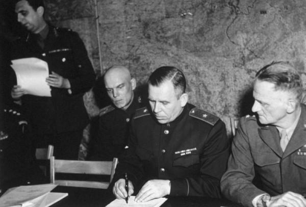 Генерал-майор И.А. Суслопаров подписывает акт капитуляции Германии в Реймсе 7 мая 1945 года