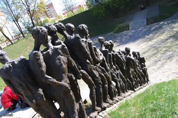 Мемориал «Яма» расположен на улице Мельникайте в Минске и посвящён жертвам холокоста