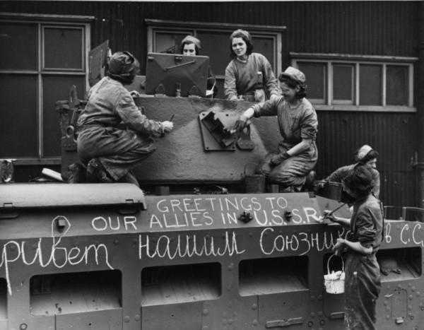 нглийские женщины готовят танк «Матильда» к отправке в СССР по ленд-лизу