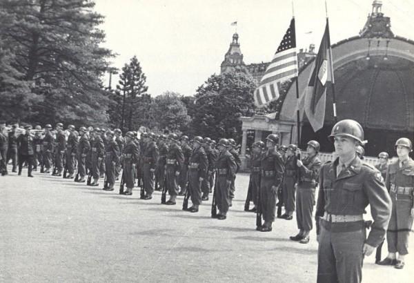 Почётный караул американских войск встречает маршала Советского Союза И.С. Конева.