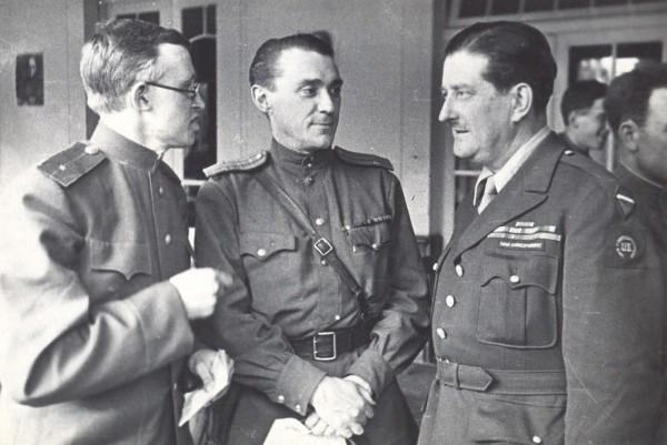 В центре военкор «Правды» Б.Н. Полевой