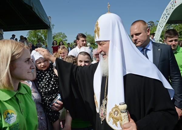 Патриарх Кирилл передал трем детским домам подарочные сертификаты