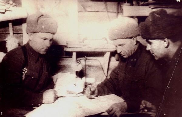 В центре - командир дивизии, полковник Л.Н.Гуртьев