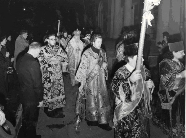 Пасхальный Крестный ход вокруг Патриаршего Богоявленского собора.  Пасха, 10 апреля 1977 года.