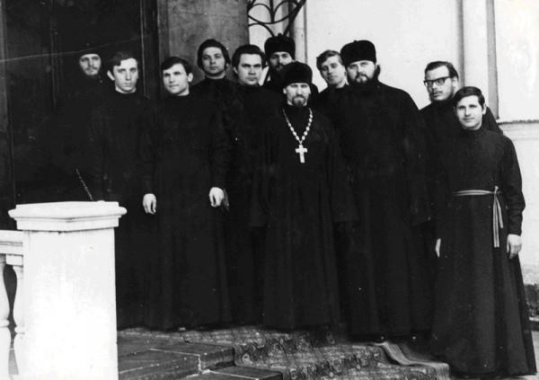 Иподиаконы Святейшего Патриарха Пимена на крыльце Патриаршего Богоявленского собора в мае 1978 г.