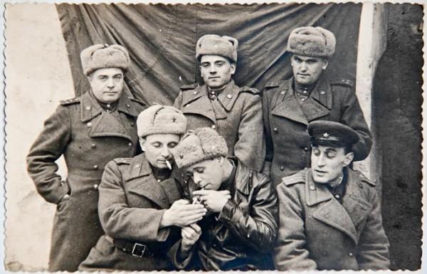 Групповой портрет офицеров Великой Отечественной войны у Красного знамени