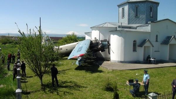 В Ставропольском крае самолет повредил стену храма