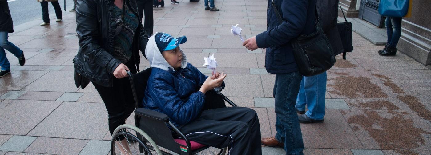 День защиты детей в Петербурге: белые цветы, мыльные пузыри и «сумасшедший профессор»