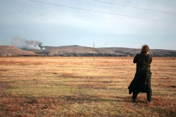 Протоиерей Андрей Близнюк фотографирует начало пожара рядом с поселком Митрофаново