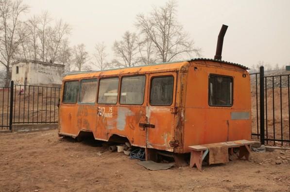 Лишившиеся жилья люди в лучше случае живут у соседей в похожих на этот фургон «зимовьях», то есть небольших зимних домах. Мороз в Забайкалье стоит до -50 и многие строят себе второй дом маленького размера, потому что его дешевле топить