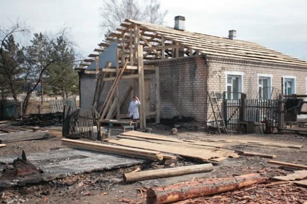 Село Казаново, пострадавшая от пожара женщина уже получила денежную помощь от государства и перекрывает крышу после пожара