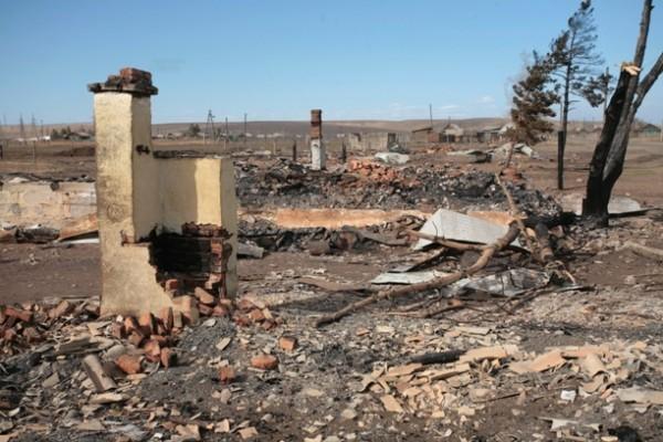 Другим людям села повезло меньше. От крыши до фундамента старый деревянный дом сгорает примерно за 30 минут. Все, что остается после пожара, это обгоревшая кирпичная печь.