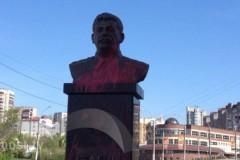 Установленный в Липецке памятник Сталину облили розовой краской