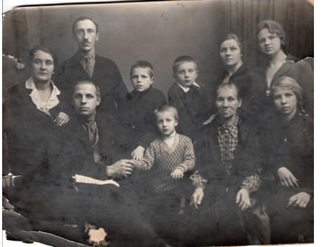 Семьи Поляковых-Смирновых-Минаковых. Евгений – 3-й слева в(дальнем ряду. 1-я справа в том же ряду – его мать, Анна Андриановна.
