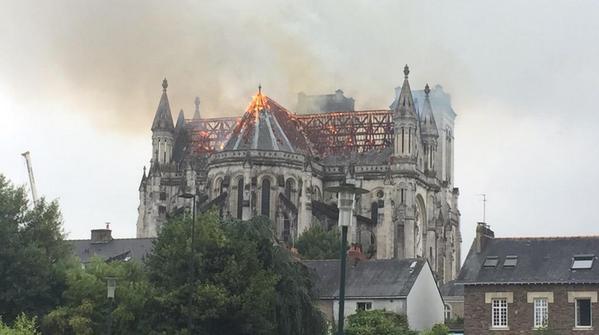 Во французском Нанте загорелась базилика XIX века (+ФОТО, ВИДЕО)