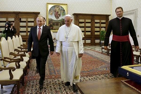 Владимир Путин получил от Папы Римского медаль ангела-миротворца