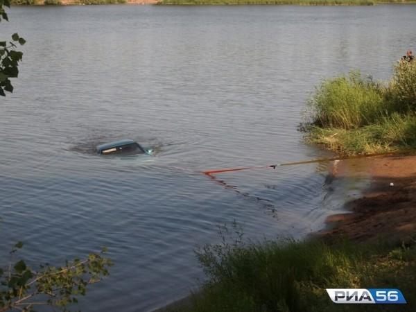 В Оренбургской области мужчина спас ребенка из тонущего автомобиля