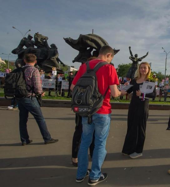 Ольга Синяева раздает диски с фильмом. Фото: Ахмет Эрол