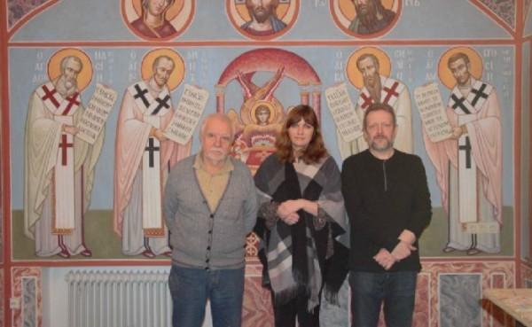 Художники с Эльвирой Китнис на фоне росписей. Фото с сайта chashkin.hut4.ru