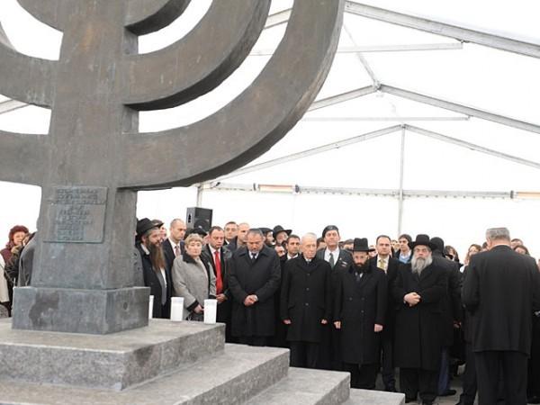 Неизвестные вандалы вновь осквернили памятник расстрелянным в Бабьем Яру