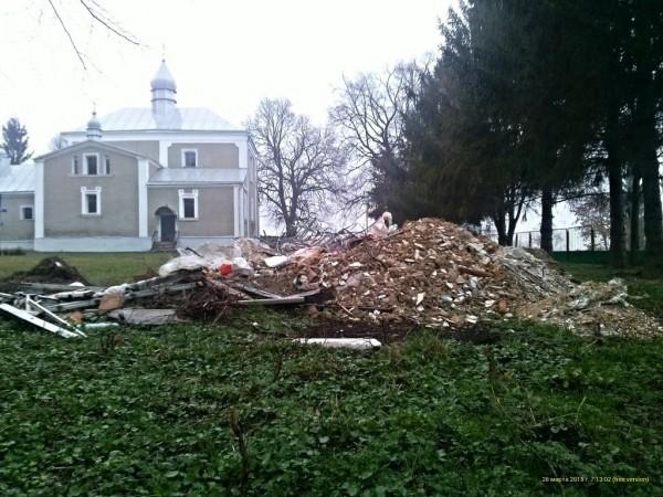 В Волынской области разрушены могилы на территории храма, отнятого у Украинской Церкви