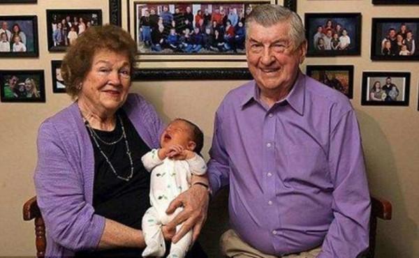 Семья Зангер, состоящая из 100 человек, празднует рождение праправнука
