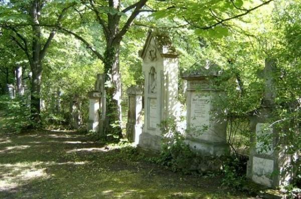 В Канаде неизвестные опрокинули более 200 надгробных камней