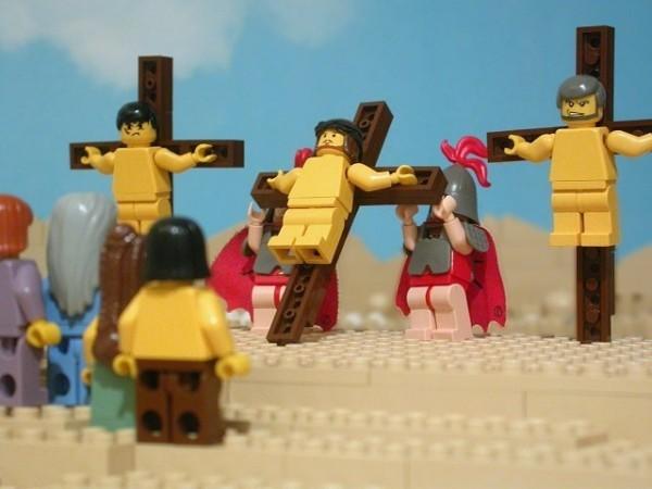 Распятие из конструктора LEGO: как относиться?
