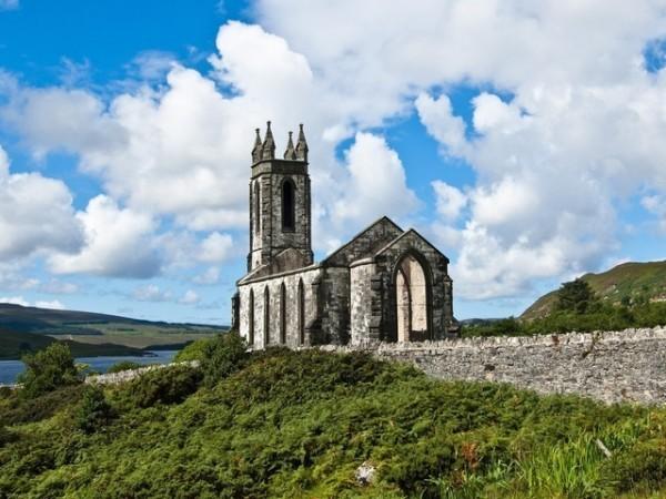 Ирландский епископ предлагает рукополагать женатых мужчин и поставлять на служение женщин-диаконов