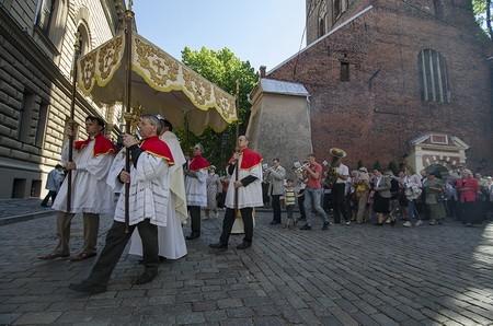 В Латвии министр, сбивший женщину во время религиозной процессии, лично принес извинения верующим