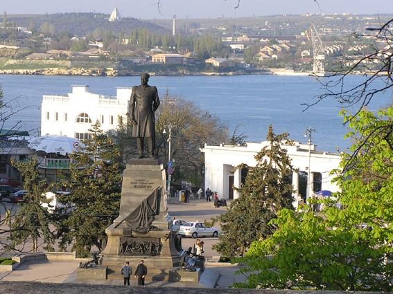 В 1959 году в Севастополе воздвигнут памятник адмиралу Нахимову работы скульптора Н.В.Томского (бронза, гранит).