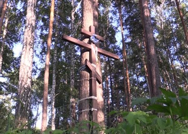 Неизвестные сломали крест на могиле семьи Романовых в Екатеринбурге